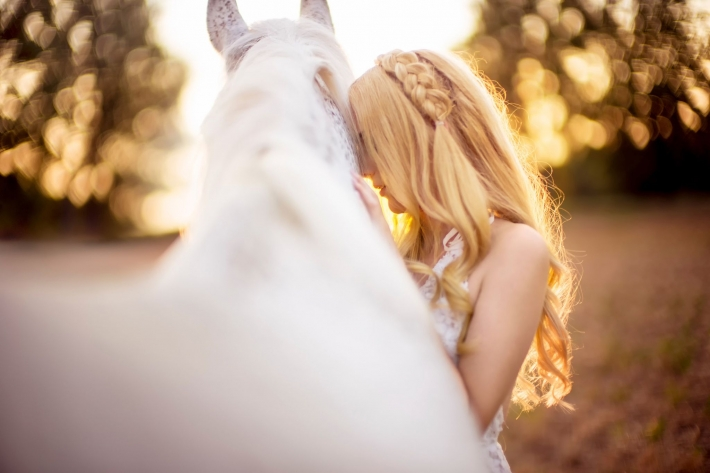 Girls and horse_16