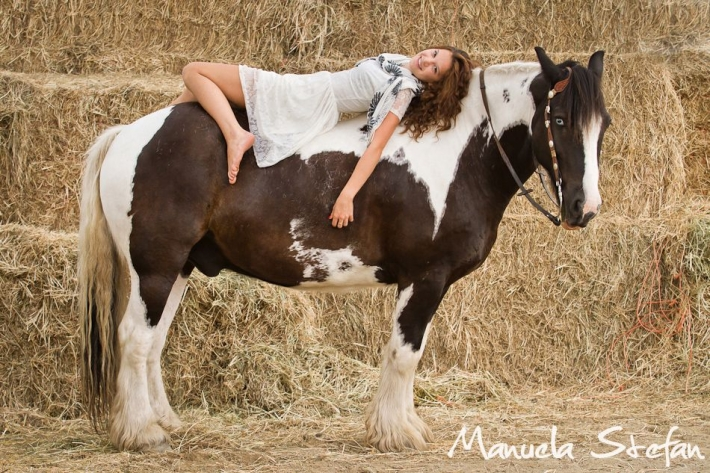 Girls and horse_17