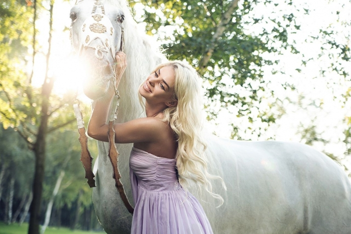 Girls and horse_2