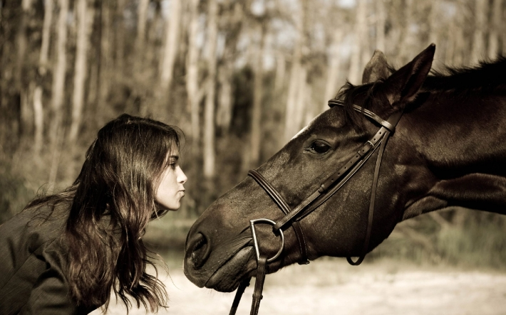 Girls and horse_14