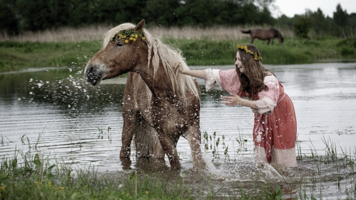 Girls and horse_25
