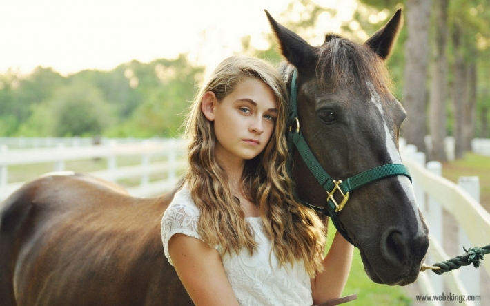Girls and horse_42