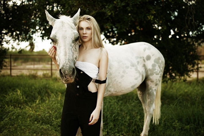 Girls and horse_44