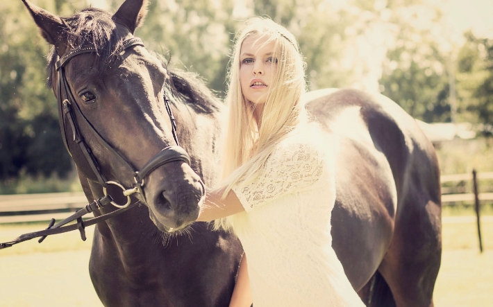 Girls and horse_51